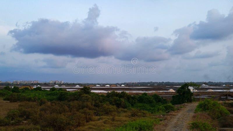 Chmury, obszar trawiasty, saltpan, emptyness i droga obrazy royalty free