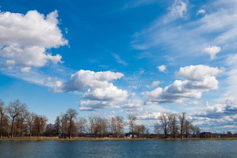 Chmury odbijać w jeziorze, Rosja fotografia stock