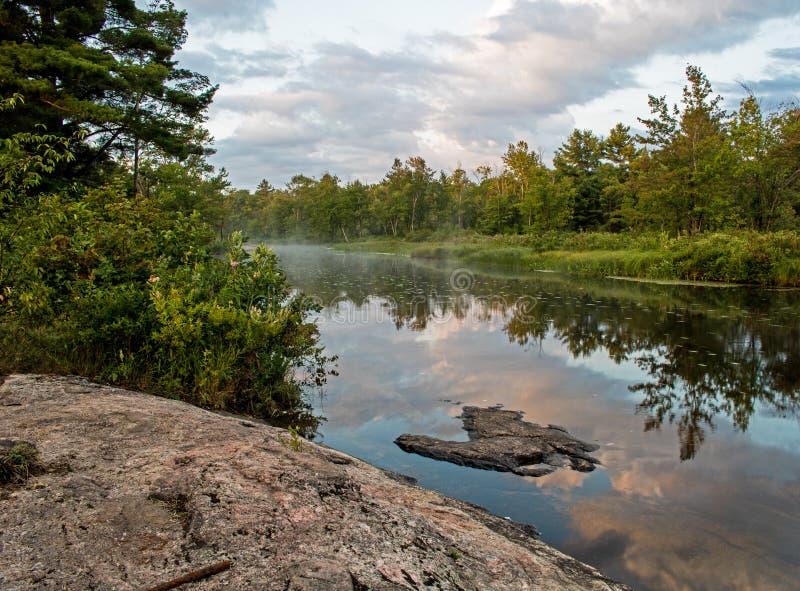 Chmury Odbijać W Spokojnej Kanadyjskiej rzece obrazy stock