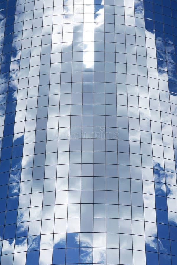 Chmury odbija w szklanym drapacz chmur zdjęcie stock