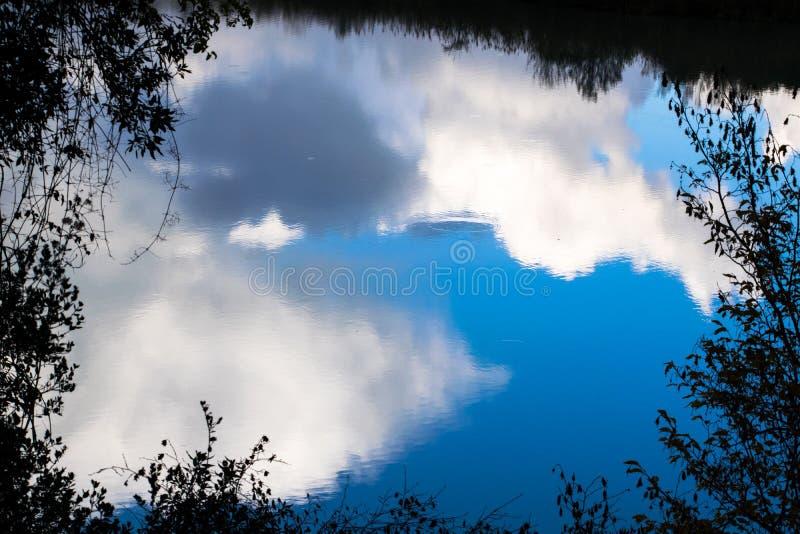 Chmury odbijali w wodzie w Tiber rzece - Rzym, Włochy obraz stock