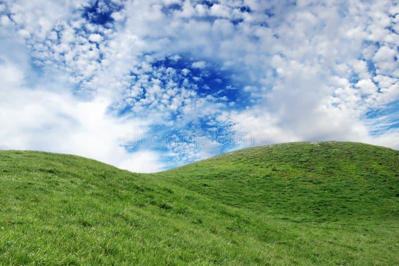 chmury pierzastej chmur zieleni wzgórza obraz stock