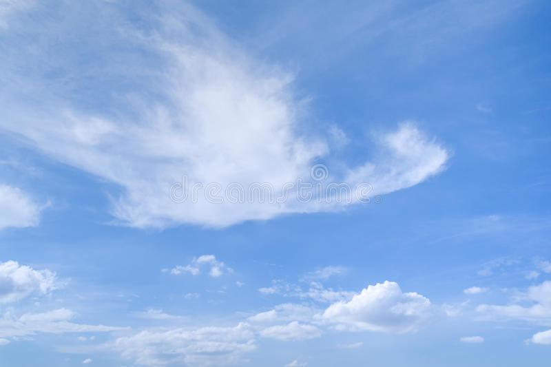 Chmury pierzastej i cumulusu chmury w błękitnym lata niebie zdjęcie stock