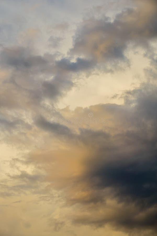 Chmury przed burzą w wieczór obrazy stock
