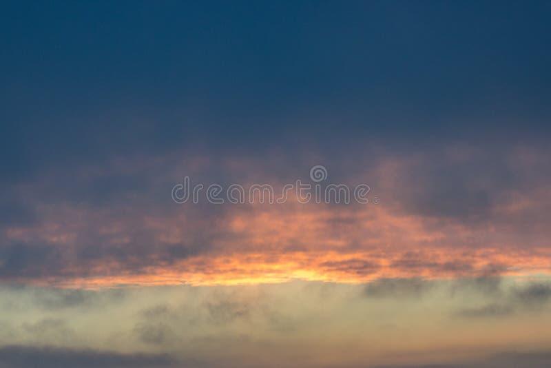 Chmury przy świtem Ognisty czerwony powstający słońce za chmurami headpiece fotografia stock