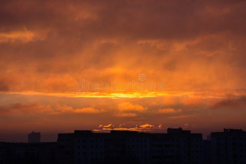 Chmury przy świtem Ognisty czerwony powstający słońce za chmurami headpiece zdjęcia royalty free