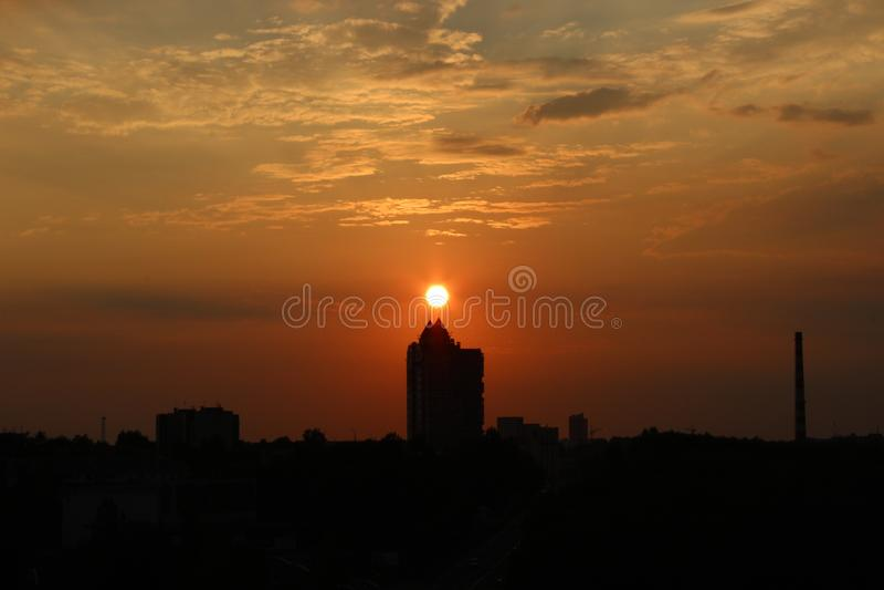 Chmury przy świtem Ognisty czerwony powstający słońce za chmurami headpiece zdjęcie royalty free