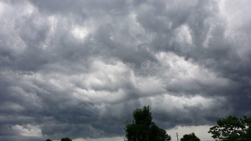 Chmury stacza się obok fotografia royalty free