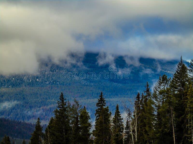 Chmury stacza się w góry Robson prowincjonału parku fotografia stock