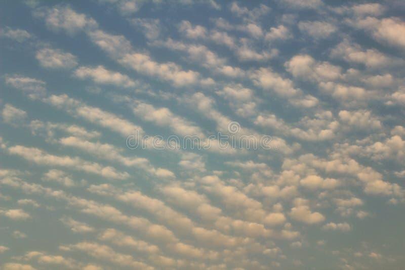 Chmury symetryczne wieczorem zdjęcie stock