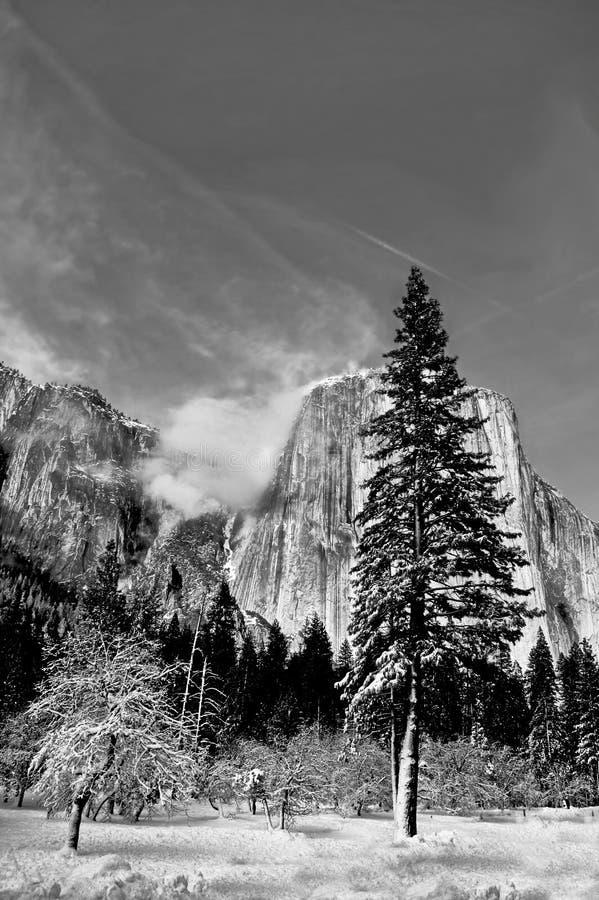 Chmury target780_0_ na granitowych szczytach fotografia royalty free