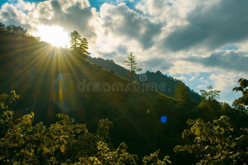 Chmury wśród osamotnionego domu na wzgórzu i słońca fotografia stock