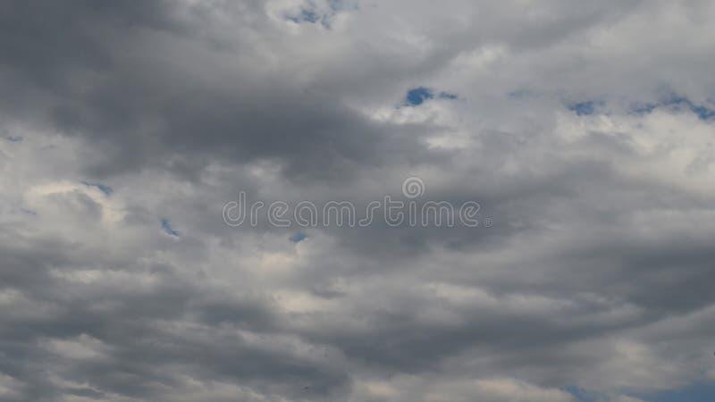Chmury w burzowym niebie obrazy stock