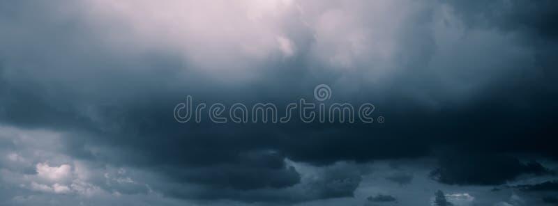 Chmury w ciemnym niebie niebo monochromatyczny wizerunek zdjęcie royalty free