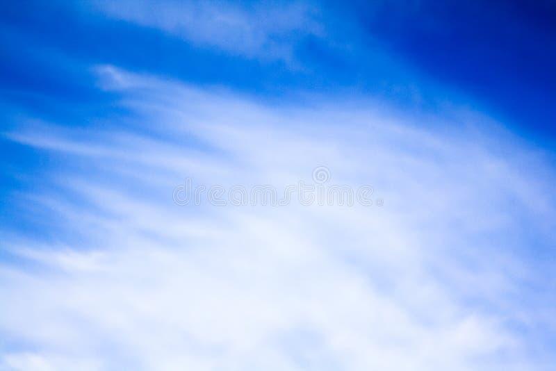 Chmury w jaskrawym niebieskim niebie obraz royalty free