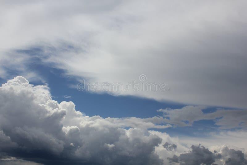 Chmury w niebieskim niebie 30685 obraz stock