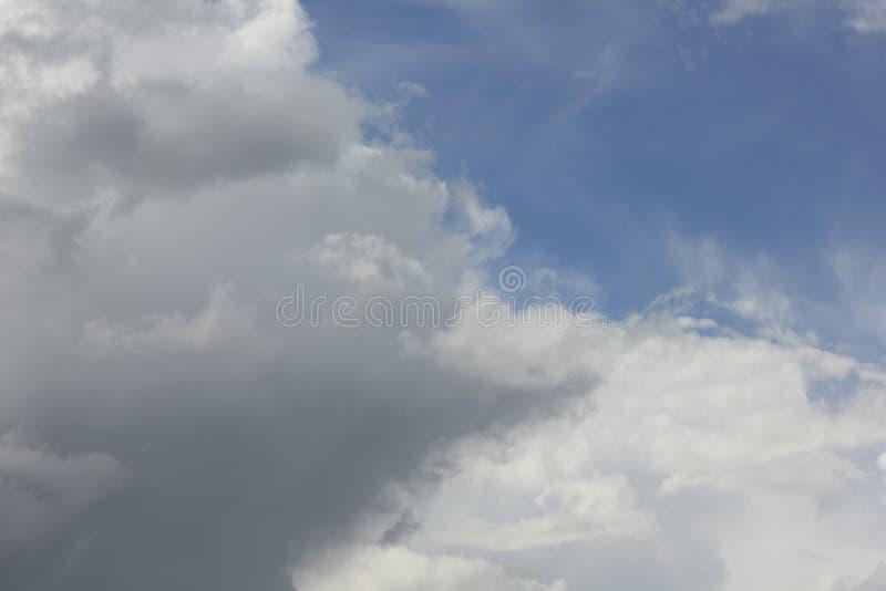 Chmury w niebieskim niebie 30732 obraz royalty free
