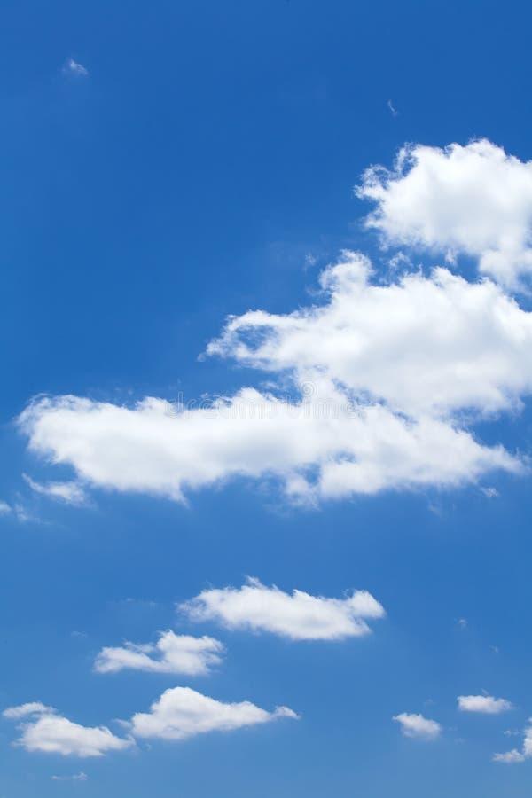 Download Chmury w niebieskim niebie obraz stock. Obraz złożonej z nimbi - 33051163