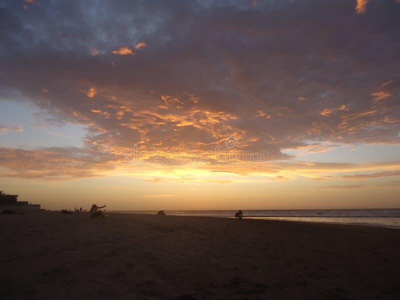 Chmury w zmierzch plaży fotografia stock