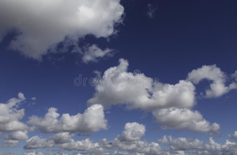 Chmury, Widoczna masa zgęszczony wodny opary unosi się w atmosferze obrazy royalty free