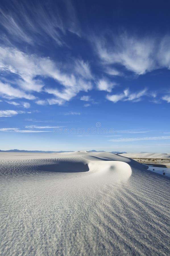 Chmury wieszają nad wiruje diuny Biały piaska park narodowy obraz stock