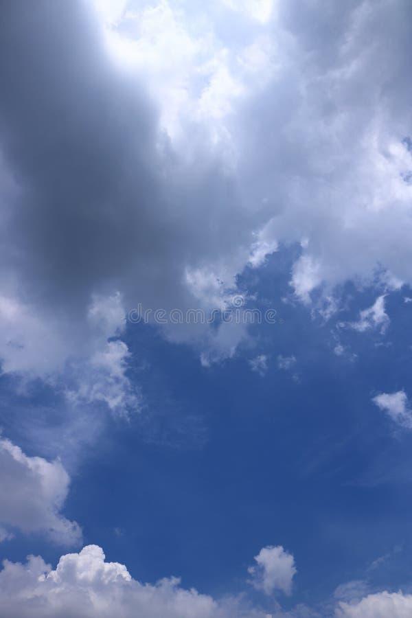 Chmury z niebieskiego nieba tłem zdjęcia stock