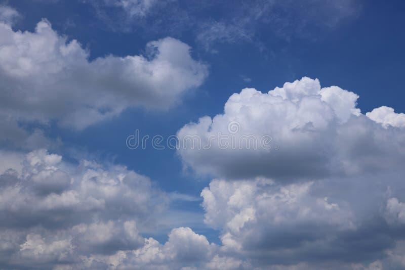 Chmury z niebieskiego nieba tłem fotografia royalty free