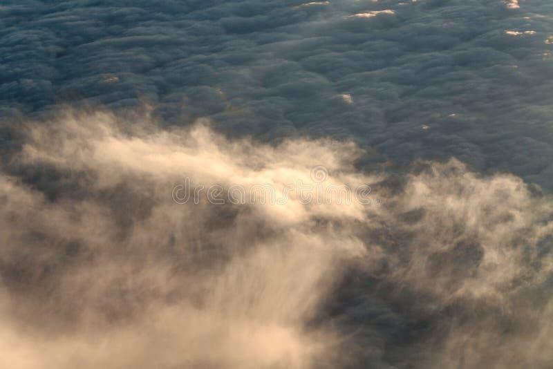 Download Chmury Z Wysokość Strumieniem Obraz Stock - Obraz złożonej z chmurny, niebo: 53791043