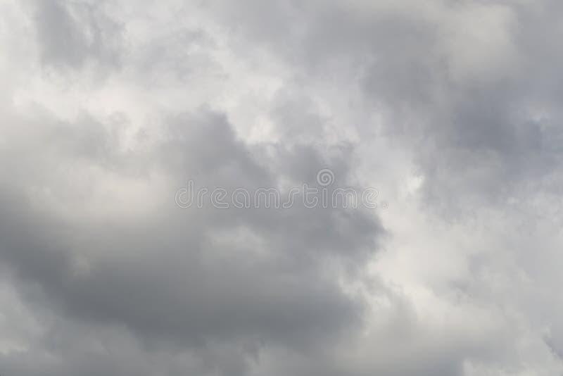 Chmurzący niebo podeszczowe chmury tworzy w niebie w pojęciu cli obrazy stock