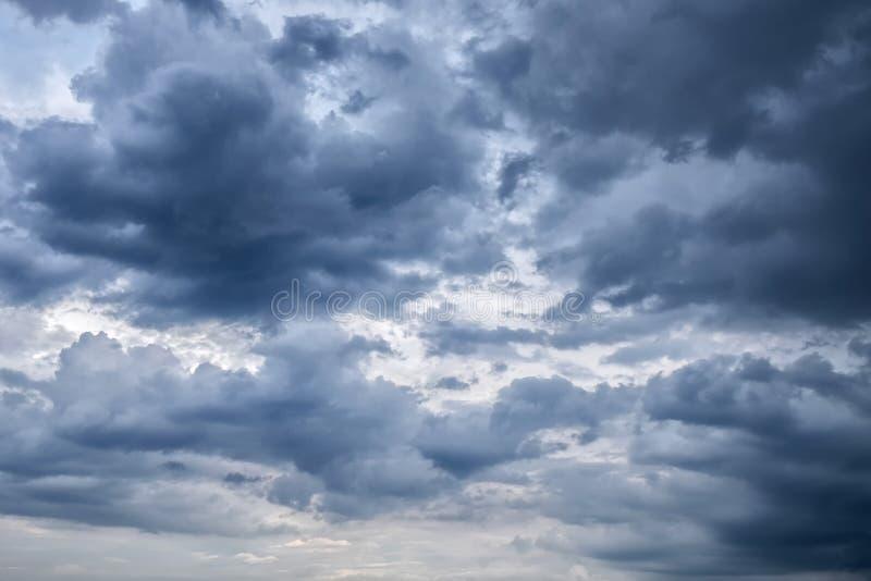 Chmurzący niebo z zmrok chmurami szarości chmura Przed deszczem, obrazy royalty free