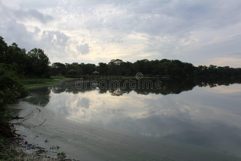 Chmurzący przy jeziorem zdjęcia royalty free