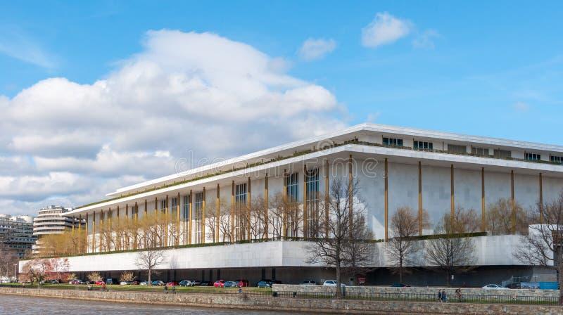 chmurzący rafinerii oleju do nieba Kennedy centrum dla przedstawień w Waszyngtońskim d C fotografia stock
