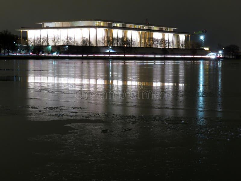 chmurzący rafinerii oleju do nieba Kennedy centrum i Marznąć Potomac rzekę fotografia stock