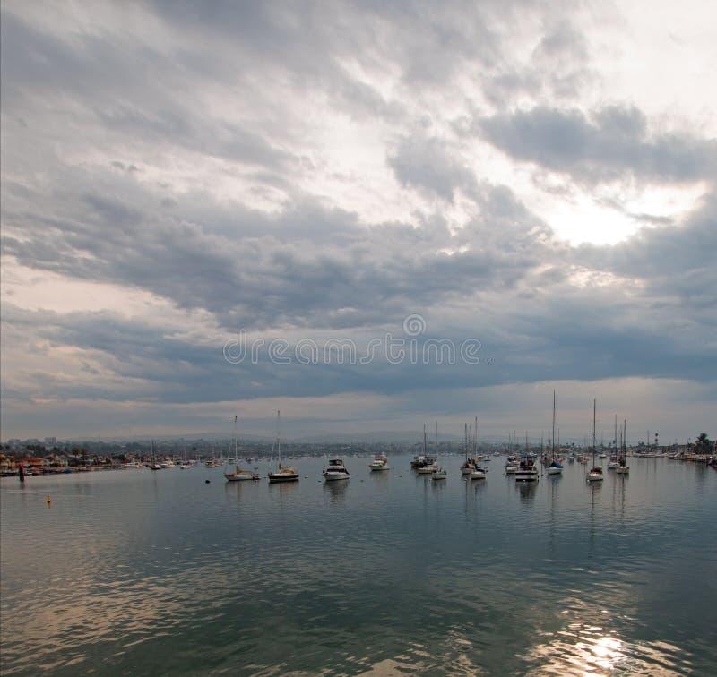 Chmurzący wschód słońca nad newport beach schronieniem w południowego Kalifornia usa obraz royalty free