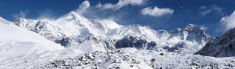 cho喜马拉雅山山尼泊尔oyu全景 免版税库存图片