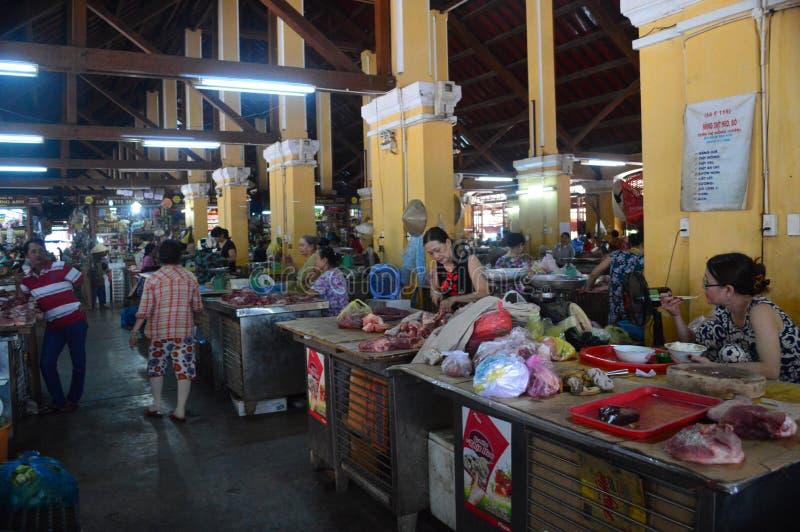 Cho Hoi - miejscowego rynek - damy sprzedaje mięso Wietnam, Hoi - obrazy royalty free
