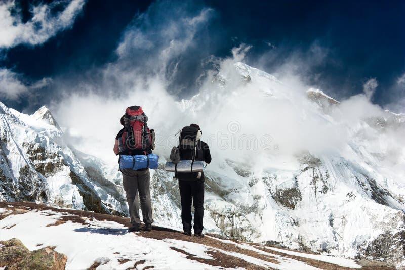 Cho Oyu с trekker - долиной Khumbu - Непал стоковое фото