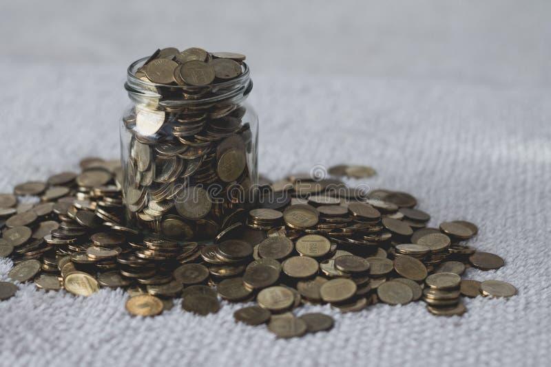 Choc en verre complètement de pièces de monnaie photos libres de droits