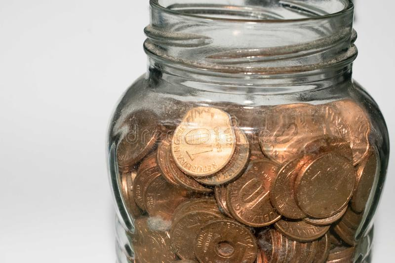 Choc en verre complètement de pièces de monnaie photo libre de droits
