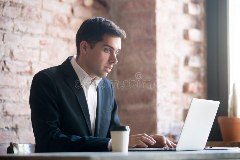 Chockad affärsman som ser bärbar datorskärmen fotografering för bildbyråer
