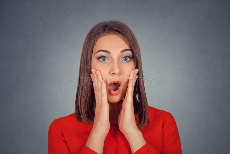 Chockad förvånad bedövad kvinna arkivfoton