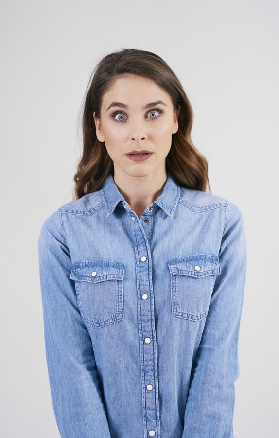 Chockad kvinna i studioskott royaltyfria foton