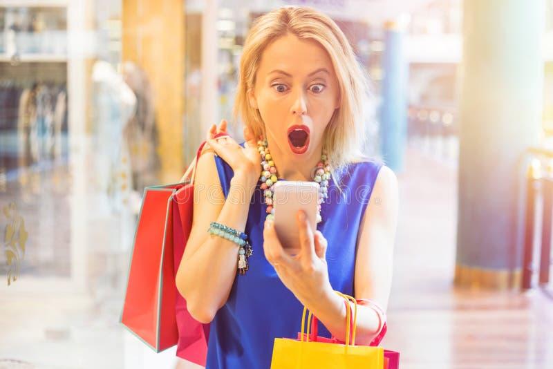 Chockad kvinna på shoppinggallerian royaltyfria foton