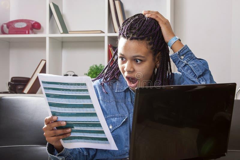 Chockad kvinna som ser dokumentet royaltyfri bild