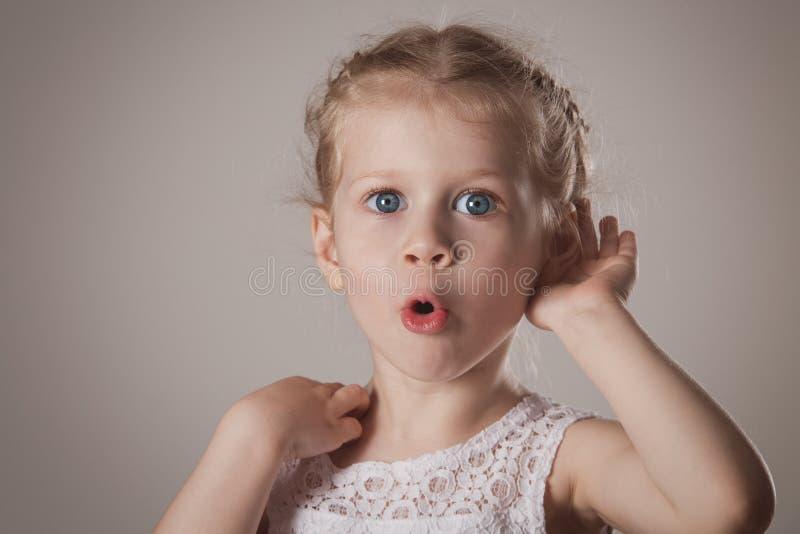 Chockad och förvånad liten flicka arkivbild
