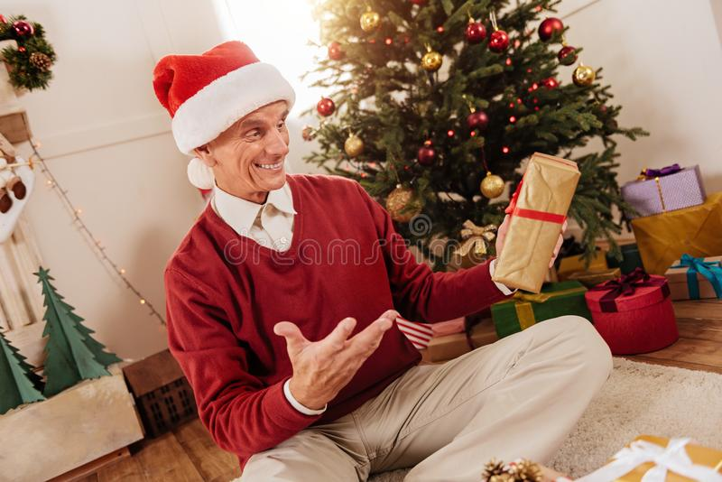 Chockad pensionär som är mycket glad royaltyfri bild