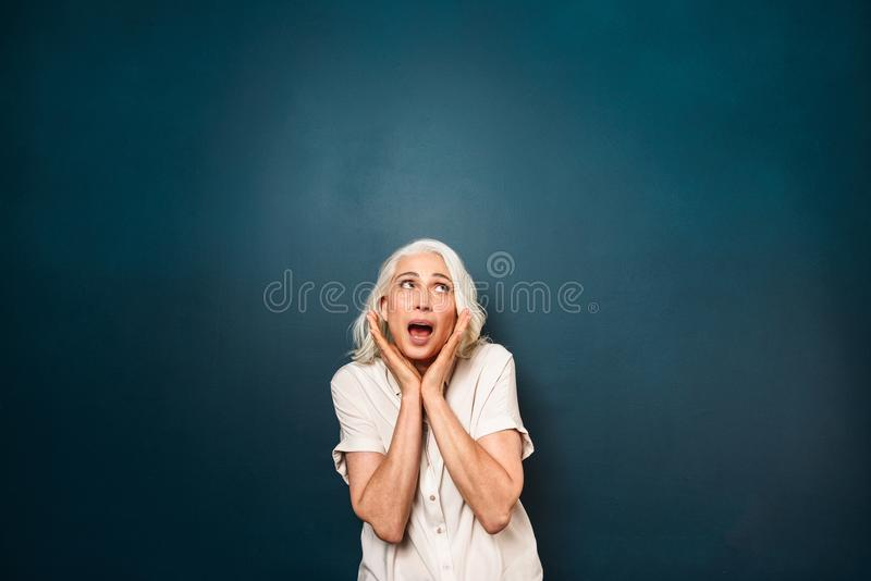 Chockad skrikig mogen gammal kvinna arkivfoton