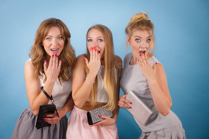 Chockade kvinnor som rymmer handhandväskaplånboken royaltyfria bilder