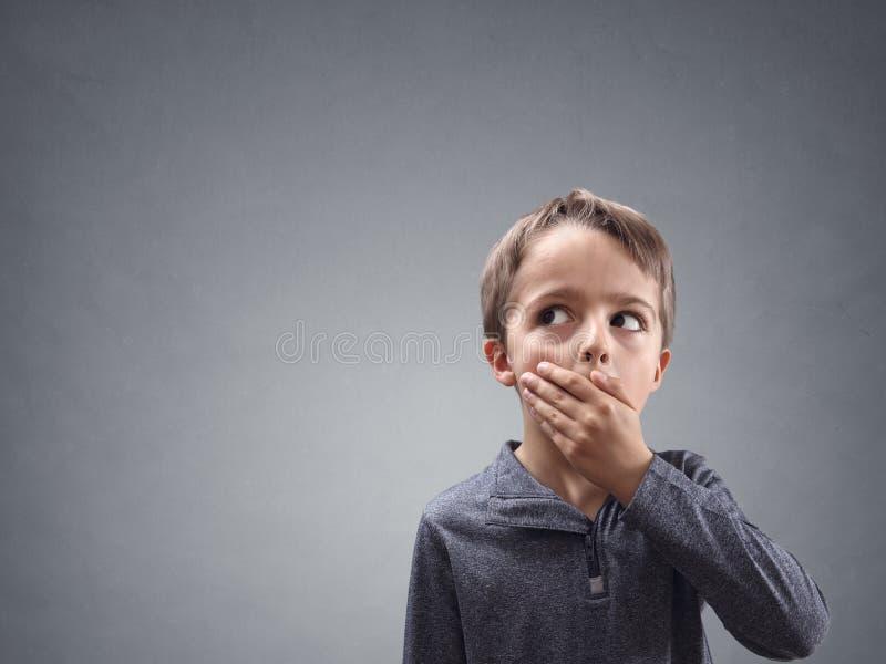 Chockat och förvånat barn som ser in i kopieringsutrymme arkivbilder
