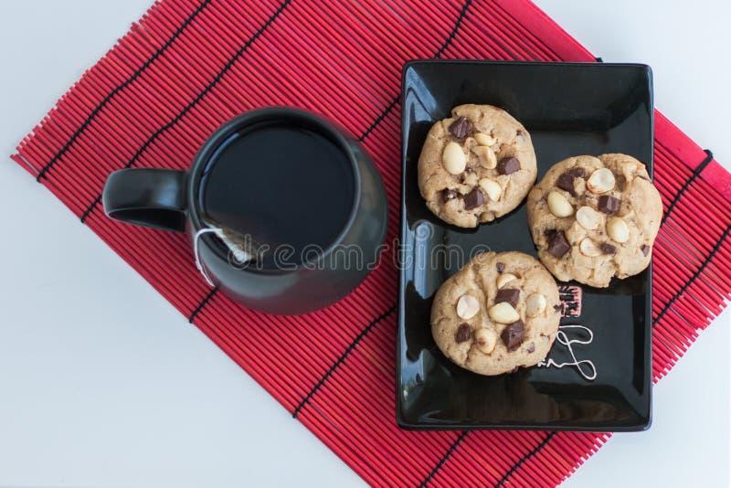 Chocochip + biscuits d'arachide avec le thé images stock